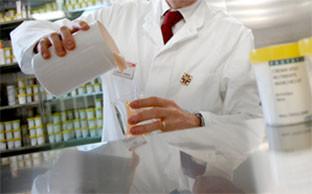 farmacista segue la formulazione dei prodotti cosmetici