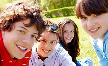 gruppo di ragazzi e ragazze sorridenti all'aria aperta