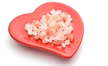 Cristalli di sale rosa su cuore