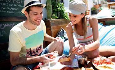 giovane coppia fa colazione in viaggio all'estero
