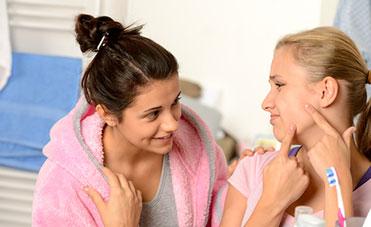 ragazze adolescenti con problemi di acne