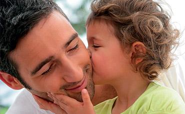 Bambino bacia il suo papà
