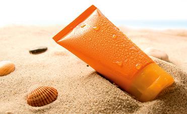 crema solare in spiaggia sulla sabbia