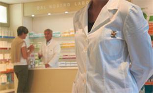 Farmacisti al servizio di una cliente in farmacia
