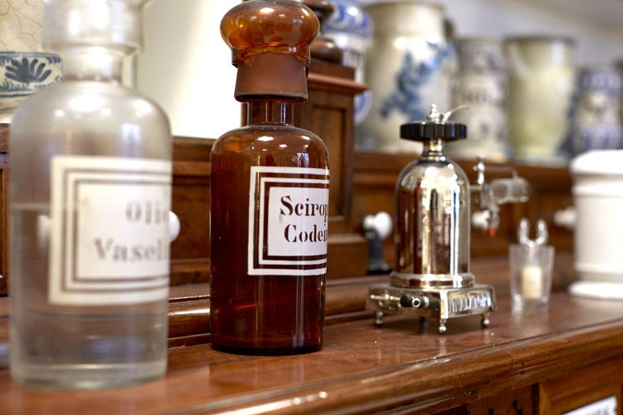 bottiglie di vetro da farmacia per medicamenti densi e oleosi