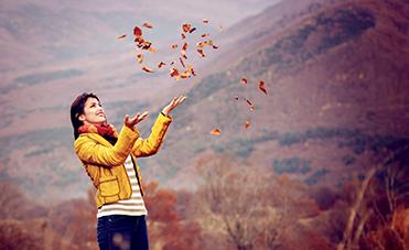 Ragazza autunno pelle viso mani esposte al freddo