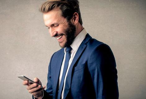 Uomo con iphone: l'uso massiccio di smartphone accelera invecchiamento cutaneo